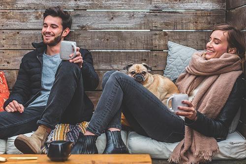 man en vrouw relaxen in de tuin met koffie
